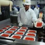 Verpakken van vlees in fabriek